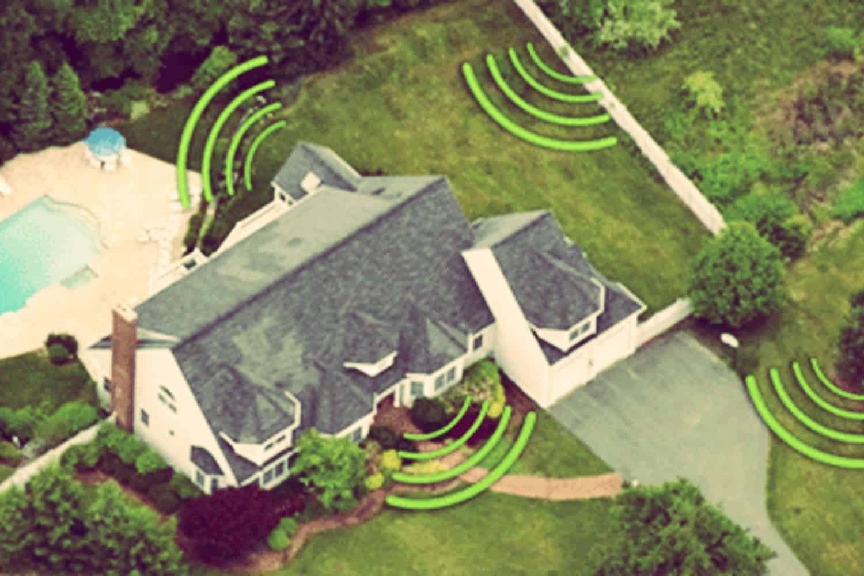 Alarma perimetral en una casa de campo con piscina y jardín